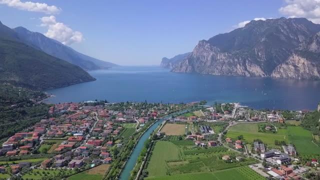 ガルダの風景の湖の航空ビデオ, トレンティーノ, イタリア - トレンティーノ点の映像素材/bロール