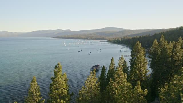 カリフォルニア州のタホ湖の航空ビデオ - californian sierra nevada点の映像素材/bロール