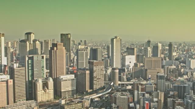 Luchtfoto video van Osaka bij zonsondergang