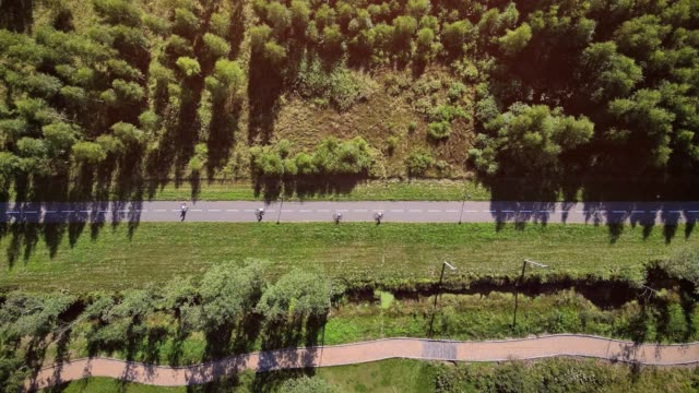 vidéos et rushes de vidéo aérienne de personnes faisant du jogging et marchant au-dessus du sentier - voie piétonne