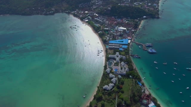 aerial video von phi phi island - inselgruppe phi phi stock-videos und b-roll-filmmaterial