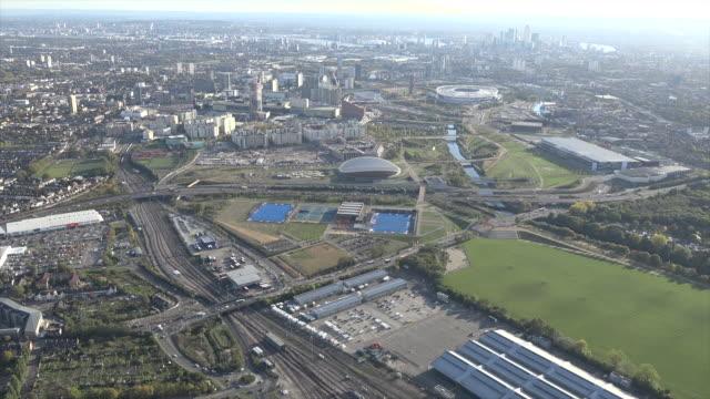 aerial video of queen elizabeth olympic park. e20. - ロンドン オリンピックパーク点の映像素材/bロール