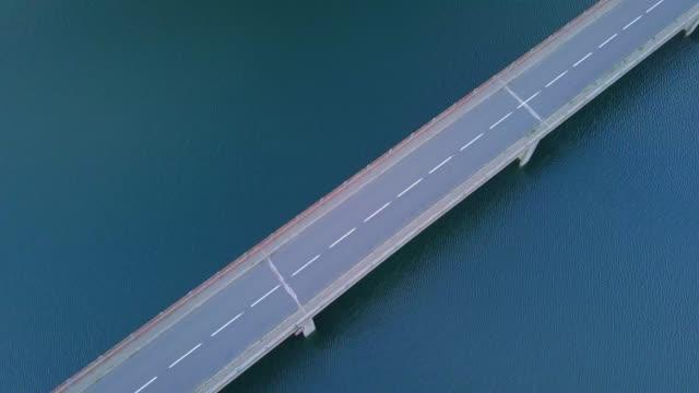 vidéos et rushes de aerial video of railway bridge, road bridge above lake of villefort, cevennes, france , 2018 august - voie ferrée