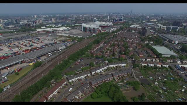 vidéos et rushes de aerial video of salford old trafford football stadium and salford quays - angle de prise de vue