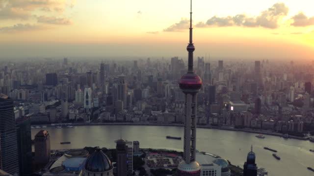 夕暮れ時に街のスカイラインを上海の空撮 - 東方明珠塔点の映像素材/bロール
