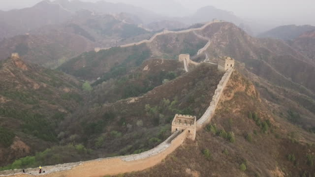 vídeos de stock e filmes b-roll de aerial video of the great wall of china - cultura chinesa