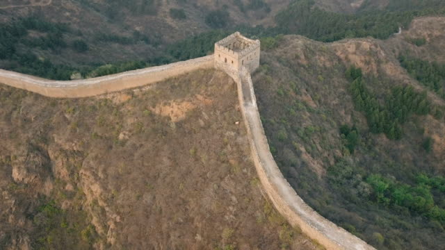 vídeos de stock e filmes b-roll de aerial video of the great wall of china - muro circundante