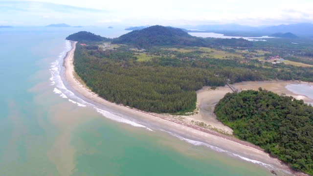 aerial video von tropischen meer und strand - klammer stock-videos und b-roll-filmmaterial