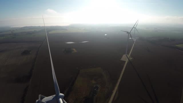 vídeos de stock, filmes e b-roll de vídeo aéreo de gerador/turbina de vento - escandinávia