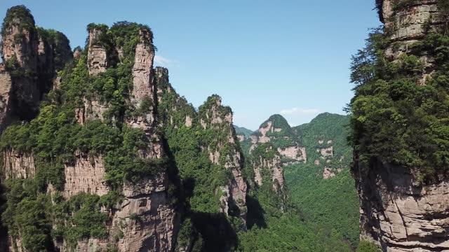 vidéos et rushes de vidéo aérienne du parc forestier national de zhangjiajie, chine - parc naturel