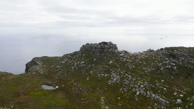 南アフリカのケープタウン近くのハウト湾周辺の山々の上空の航空ビデオ - 囲む点の映像素材/bロール
