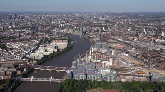 aerial video panorama of battersea power station development site and nine elms, south lambeth, river thames with chelsea bridge and grosvenor railway bridge, churchill gardens and long views over south london - kensington und chelsea stock-videos und b-roll-filmmaterial