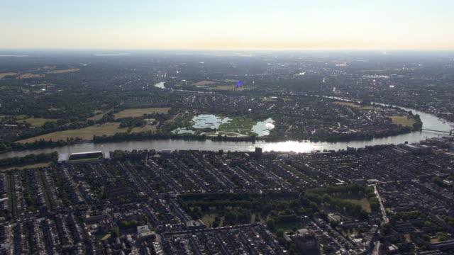 aerial video panorama of fulham and the river thames with views over london wetland centre and south west london - 湿地点の映像素材/bロール