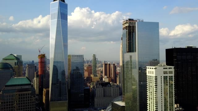 vídeos de stock, filmes e b-roll de aerial video pulling away from one world trade center and lower new york city sk - torre da liberdade nova iorque