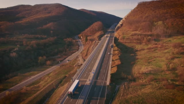 luftbild video mit dem autobahn - transportation event stock-videos und b-roll-filmmaterial