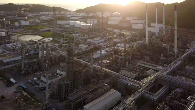 vidéos et rushes de aerial view 4k of oil refineries plants, gas tank, oil tank storage in industrial estate. - acier