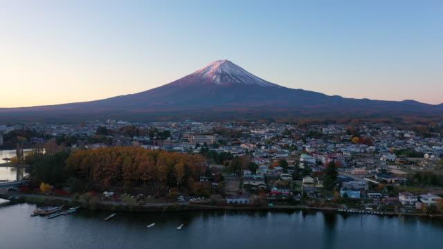 aerial view 4k video by drone of mount fuji at kawaguchiko lake, japan. - 山梨県点の映像素材/bロール