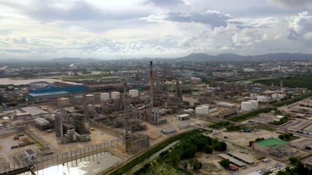 vídeos de stock, filmes e b-roll de aerial view 4k video of oil refinery terminal is industrial facility - forma da água
