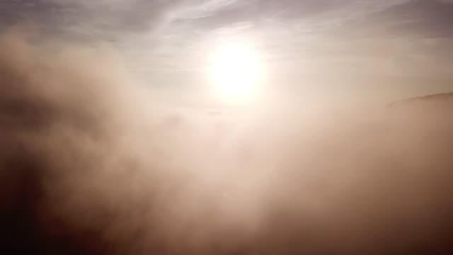luftaufnahme über den wolken und himmel in sonnenaufgangszeit, inspiration konzept - stratosphäre stock-videos und b-roll-filmmaterial