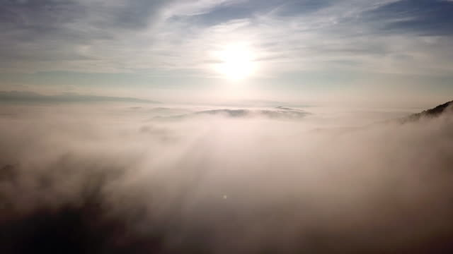 vídeos de stock e filmes b-roll de aerial view above the clouds and sky in sunrise time , inspiration concept - nevoeiro