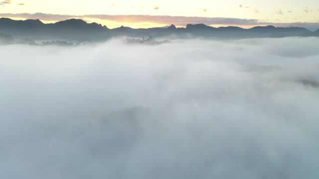 日の出の時間に雲と空の上の空中写真 - 晴れている点の映像素材/bロール
