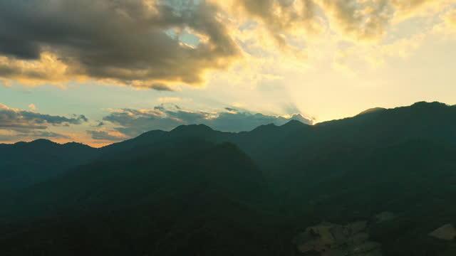 vídeos y material grabado en eventos de stock de vista aérea sobre las nubes y el cielo en la hora del amanecer - ambientación