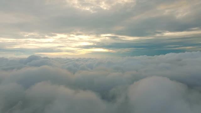 vídeos de stock, filmes e b-roll de vista aérea acima das nuvens - acima