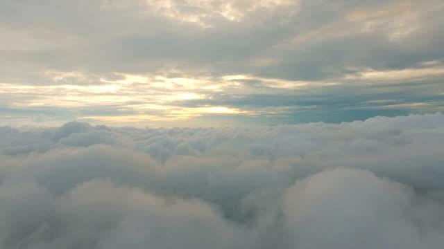 luftaufnahme über den wolken - oben stock-videos und b-roll-filmmaterial