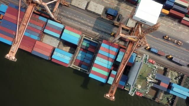 luftaufnahme über die docks - entfernt stock-videos und b-roll-filmmaterial