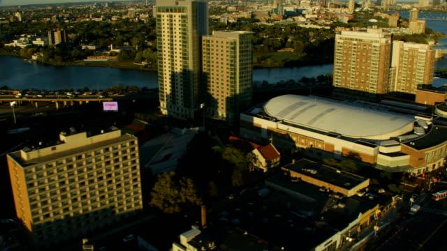 vídeos de stock, filmes e b-roll de aerial view agganis arena boston university bridge massachusetts - massachusetts