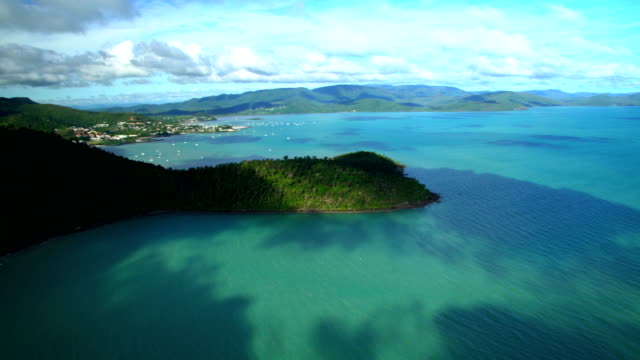 aerial view airlie beach coastline whitsundays queensland australia - south pacific ocean stock-videos und b-roll-filmmaterial