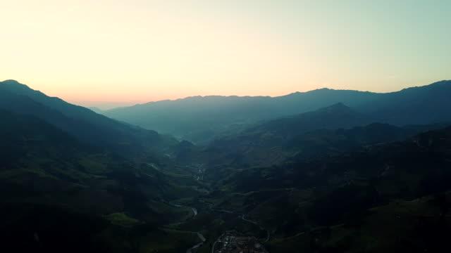 stockvideo's en b-roll-footage met luchtfoto prachtige landschap rijstvelden op terrasvormige op mu cang chai vietnam, mooie terrasvormige rijstveld in de oogstseizoen in noord-vietnam - terras terrein
