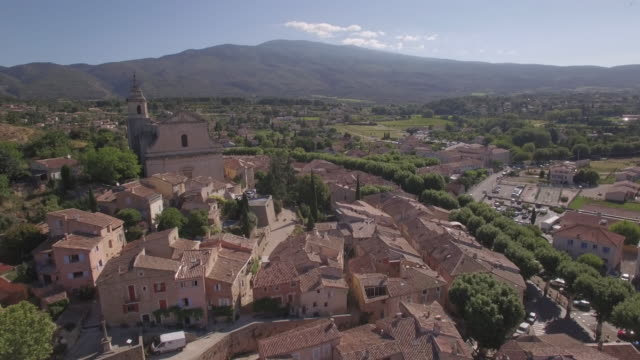 vidéos et rushes de aerial view ws ancient village of bédoin and mount ventoux - village