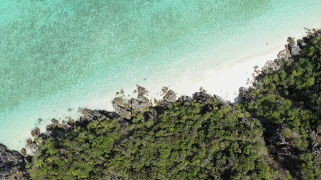 vídeos y material grabado en eventos de stock de antena vista y dolly shot de isla martillo quemar. - mar de andamán