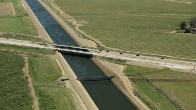 stockvideo's en b-roll-footage met aerial view aqueduct natural growth crops fields california - aquifer