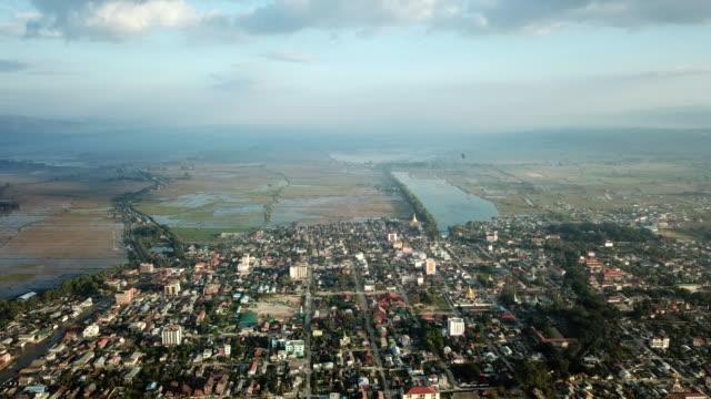 空中ビューのアジアのフローティング・ヴィレッジ・ハウスミャンマーの湖、インレー湖のビルマ、南東アジア、インレー湖のフローティングガーデン、ミャンマー (ビルマ) - ミャンマー点の映像素材/bロール