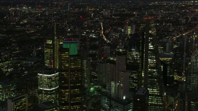 vidéos et rushes de aerial view at night london skyline city lights - crépuscule