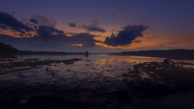 vídeos y material grabado en eventos de stock de vista aérea en puesta de sol deslizante a lo largo de los rápidos sobre el río de potomac en maryland - río potomac