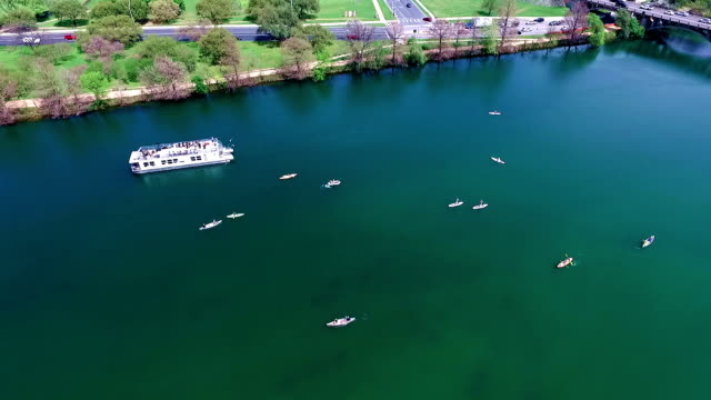 luftbild von austin, texas, colorado fluss lustiges quellwasser aktivitäten mit kajak- und partei boot während der sxsw frühling pause 2016 - nautical vessel stock-videos und b-roll-filmmaterial