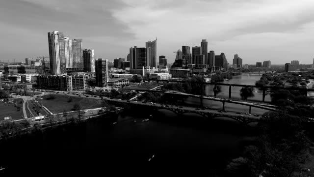 vídeos de stock e filmes b-roll de vista aérea cidade de austin texas horizonte do rio de colorado diversão actividades de primavera de água a olhar para o horizonte paisagens urbanas preto e branco de movimento lento de bom - town