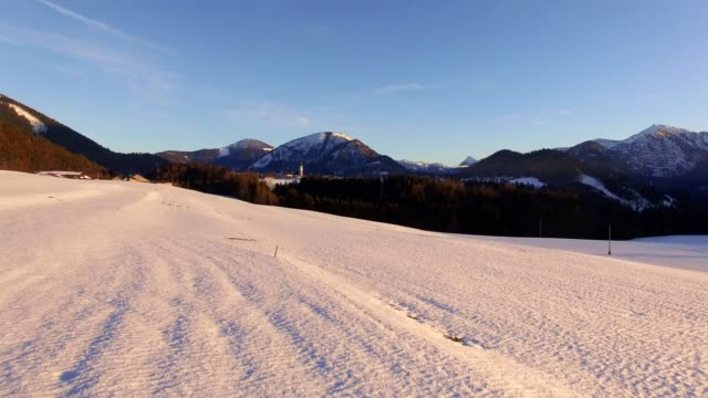 Luftaufnahme: österreichische Landschaft im Winter