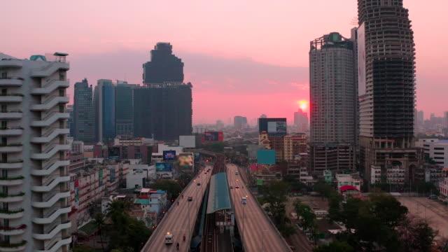 vidéos et rushes de vue aérienne ville de bangkok au lever du soleil - bangkok