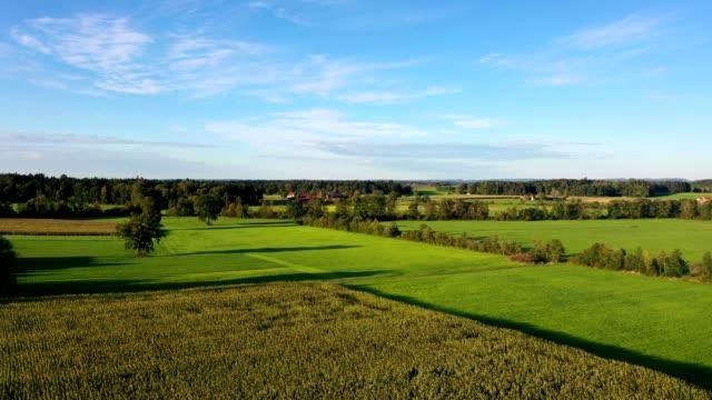 vidéos et rushes de vue aérienne : paysage bavarois en automne au coucher du soleil - ciel sans nuage