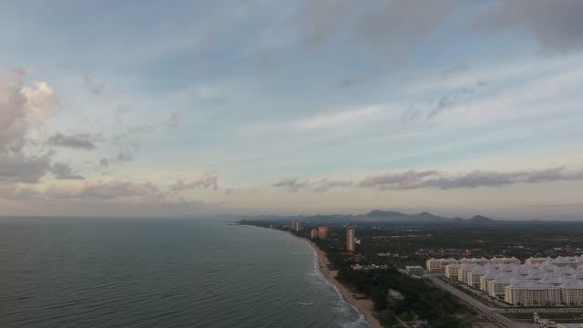 vídeos y material grabado en eventos de stock de vista aérea hermoso mar, volando sobre la superficie limpia del mar y olas al amanecer de mañana. - mckyartstudio