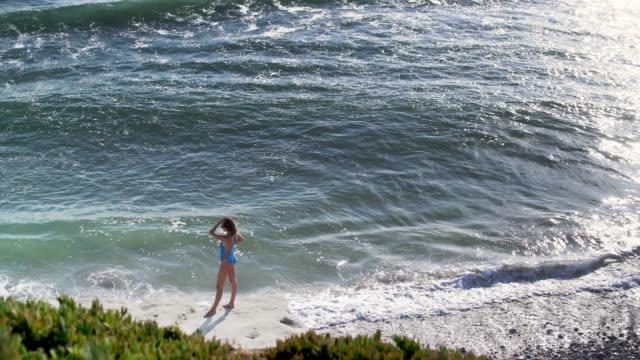 vídeos y material grabado en eventos de stock de ws aerial view, beautiful woman looking at the ocean. - traje de baño de una pieza