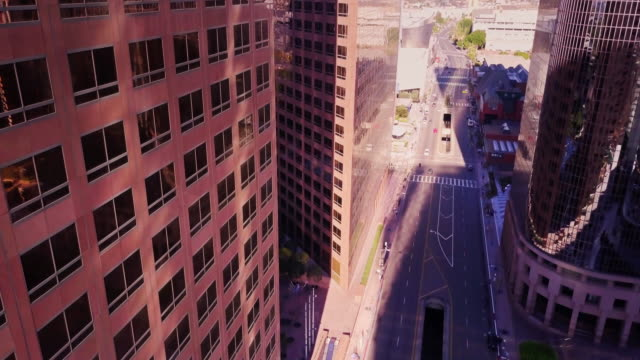 aerial view between downtown la office towers - schwenk nach unten stock-videos und b-roll-filmmaterial