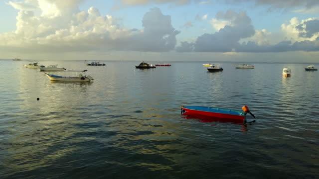 4K: Luftaufnahme von Drohne Footage Mertasari am Strand in Sanur.Some, die traditionellen Fischerboote (Jukung) sind im flachen Wasser geparkt.