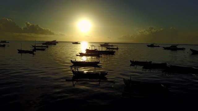4k: luftaufnahme von drohne footage mertasari am strand in sanur.some, die traditionellen fischerboote (jukung) sind im flachen wasser geparkt. - louisiana stock-videos und b-roll-filmmaterial