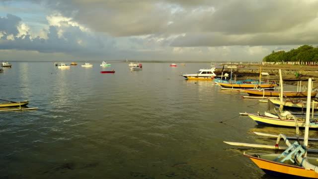 4 k: ドローン映像サヌールビーチ、バリ、インドネシアで空撮 - プラタナロット点の映像素材/bロール