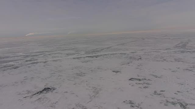 stockvideo's en b-roll-footage met aerial view camera descending over frozen lake erie - eriemeer